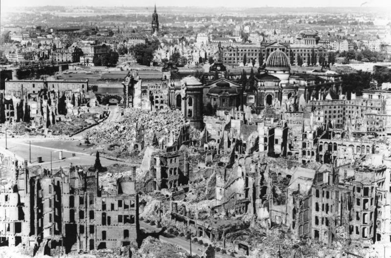 Dresden, Teilansicht des zerstörten Stadtzentrums über die Elbe nach der Neustadt. In der Bildmitte der Neumarkt und die Ruine der Frauenkirche.